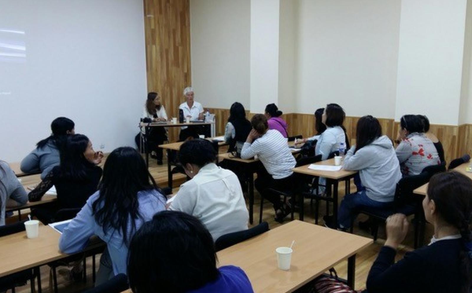 Psychologe Annet geeft een informatie lezing aan de ouders van kinderen met Autisme tijdens haar Psychologie project in Mongolie